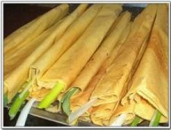 A kind of traditional food in Shandong province – pancake with green onion rolled in